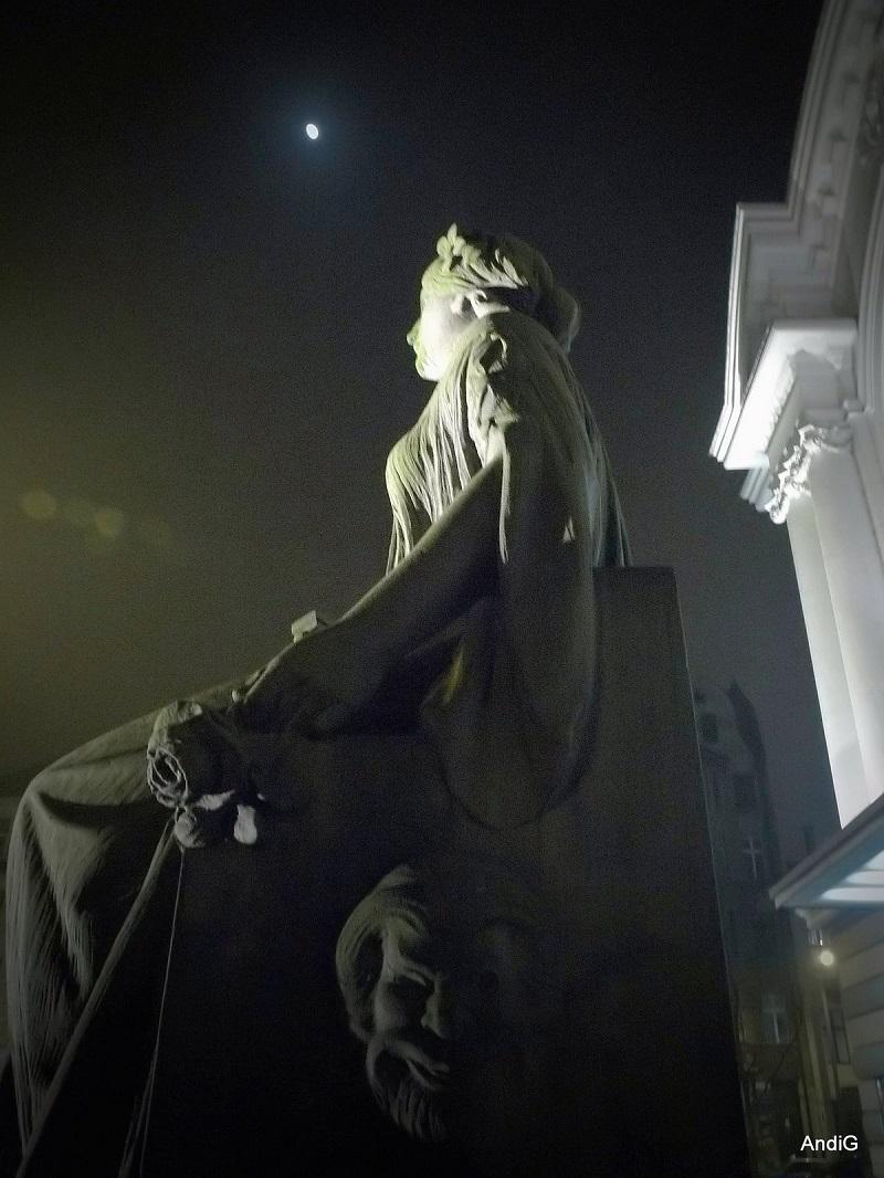 Statue, Pomnik przedTeatrem im. Wilama Horzycy